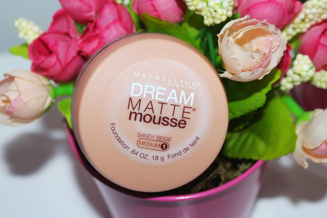 Resenha e amostra: base Dream Matte Mousse Maybelline cor Sandy Beige